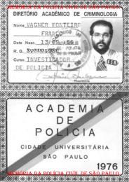 Carteira de Identificação do Diretório Acadêmico de Criminologia da ACADEPOL, do então aluno do Curso de Investigador de Polícia Vagner Monteiro Franco, em 1.976. No ano seguinte deixaram de serem expedidas.