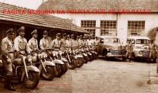 Integrantes da extinta Polícia Rodoviária do Estado de São Paulo, com motos e dois camburões, na década de 60.
