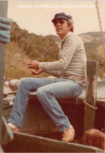 """Investigador de Polícia da 1ª Delegacia de Roubos do DEIC, o saudoso Valsemir Cesar Constantino da Silva """"Canalha"""", final da década de 70 em Ilha Bela."""