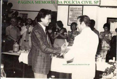 Á direita o saudoso Divisionário da DISCCPAT do DEIC (Kilo), Nestor Sampaio Penteado e o então Investigador da 1ª Delegacia de Roubos, Oscar Matsuo, na década de 70.
