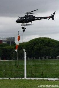 Pelicano da Polícia Civil, em manobra com rapel.