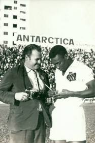 """O repórter e Fotógrafo Técnico Policial Nelson Elias """"in memorian"""" recebendo autógrafo do jogador Pelé, na década de 60."""