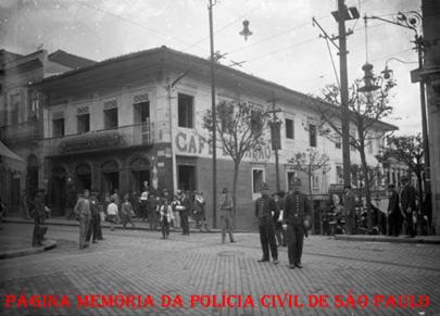 Dois integrantes da Guarda Civica (substituída pela Guarda Civil do Estado de São Paulo em 1.926), na esquina da Praça Antônio Prado em direção à Rua de São João, por volta do ano de 1915.