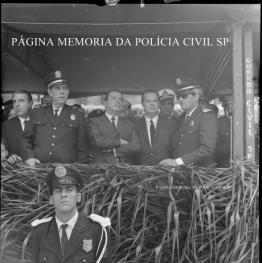 Governador Abreu Sodré no palanque em uma solenidade, com o Comando da extinta Guarda Civil, na década de 60.