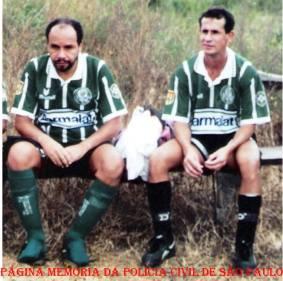Os Delegados Carlos Targino da Silva e Nivaldo, na época no DHPP, no Campo do Atacadão, década de 90