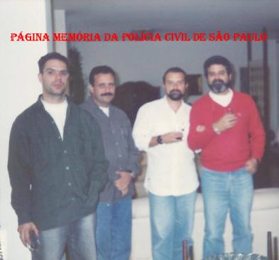 "Equipe Apolo 103 da 5ª Delegacia de Roubo a Bancos da DISCCPAT- DEIC, em 1.992: À partir da esquerda, Investigadores Fernando Casali ""in memorian""', Merchid Jr, Farina e Sérgio ""Pé"". (acervo do Investigador Cyrano Filho)."
