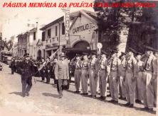 General de Divisão do 2° Exército Brasileiro, passa em revista a tropa de estagiários da Extinta Guarda Civil de São Paulo, juntamente com o Inspetor Chefe Superintendente Mário Teixeira, defronte a Escola de Polícia da Rua São Joaquim (atual ACADEPOL), em 1.962. ( Acervo do GCM Lendro Grabe).