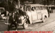 Integrantes da extinta Polícia Rodoviária do Estado de São Paulo sentados sob a viatura do DER- Departamento de Estrada de Rodagem que utilizavam, na década de 50.