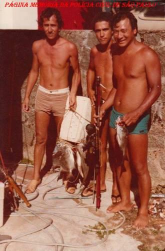 """Investigadores de Polícia da 1ª Delegacia da DISCCPAT- DEIC (Kilo), em pescaria na Ilha Bela, na década de 70; À partir da esquerda, Luis Carlos Santos """"China"""" (Atualmente Delegado), Paulo Bessa """"Porcelana ou Torresmo"""" e Oscar Matsuo."""
