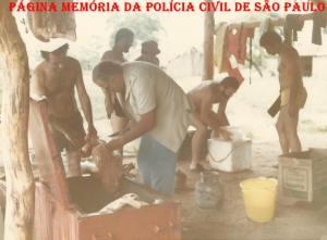 """Policiais da 1ª Delegacia da DISCCPAT- DEIC (Kilo), em pescaria no Estado de Mato Grosso, em 1.982: À partir da esquerda, Investigadores Roberto Mastropaolo """"Turquinho"""", Nelson """"Zoio, in memorian"""", Roberto Romero """"Papa Bucho, in memorian"""" e Alfredo Lambiase """"Farofa"""". Ao centro no fundo, dois pescadores da região."""