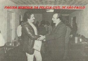 """Investigador José Armando Nude, sendo homenageado pelo Diretor da revista """"O Tira"""", Investigador Adhemar B. Salles, em 1.993."""