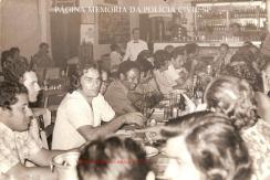 """Investigadores de Polícia da Delegacia de Roubos, Da esquerda para a direita, Edson """"Bun"""", (?), José de Freitas Mendonça """"in memorian"""" (em 1.982 passou para Delegado), (?), Irany (de costeleta), Francisco Fontes """"Chicão"""", Mané Azulejo (com copo na boca) e ao fundo Casemiro, na década de 70."""