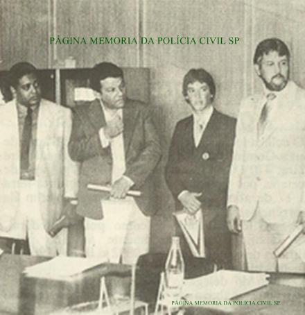 Equipe da 2ª Delegacia da DICCPAT- DEIC, recebendo o Diploma de policiais do mês: Investigadores Santão (hoje Delegado), Wanderlei Bailone (chefe), Escrivão Wanderlei Antônio (atualmente Delegado) e Investigador Jair Stribulov. Os Delegados eram: João Violim Beão (Titular) e Pedro Martns Campos Neto (Assistente)