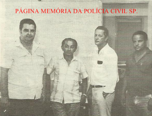 Equipe Apolo 52 da antiga 3ª Delegacia de Furto de Fios- DISCCPAT- DEIC, na década de 80. A partir da esquerda, Investigadores Domingos, Joaquim, Eros Marella e (?).