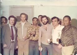 """Delegacia de Roubos do DEIC. Da esquerda para a direita, Investigador Alfredo Lambiase """"Farofa"""", (?), Investigadores de Polícia Eládio """"Cavalo de Aço"""", Orestes, Amadeu, Paraguai e Zé Maria."""