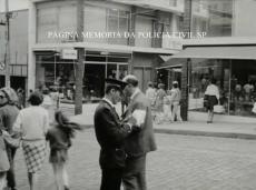 Policial de trânsito da extinta Guarda Civil do Estado de São Paulo aplicando uma multa, na década de 60.