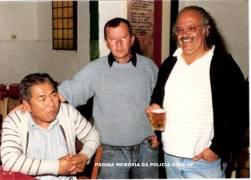 """Investigadores de Polícia da Delegacia de Roubo a Bancos da DISCCPAT do DEIC, Massaro Honda """"in memoriam"""", Mandruca e Edson Moita, final da década de 80."""