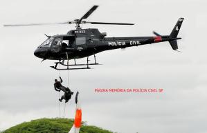Helicoptero Pelicano do SAT (Serviço Aero- Tático) do DEIC, em trabalho de rapel. (acervo de Adar Rodrigues).