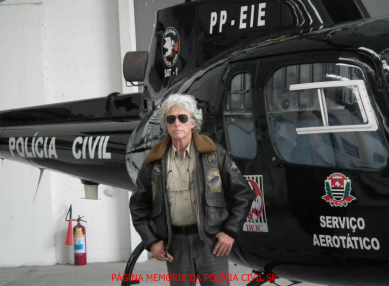 "Helicóptero Pelicano do SAT- Serviço Aero Tático do DEIC, ao lado o Investigador de Polícia Antonio Fernandes Martins ""Rambo""."