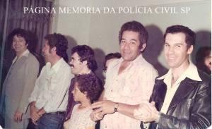 """4ª Delegacia da DISCCPAT (Kilo). Da esquerda para a direita (?), Investigadores Manuel """"Rodapé"""", Sebastião Nascimento """"Tiãozinho"""" (ex- campeão Sul Americano de boxe e ex- ranqueado da WBA), """"Mané Azulejo"""" e (?), em 1.981."""