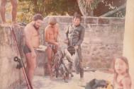 Prática do esporte caça submarina na Ilha Bela, Litoral Norte de SP. Da direita para a esquerda, o então Investigador Oscar Matsuo, GCM Walter, o mergulhador profissional Mané da Ilha e a criança Thaís Matsuo, na década de 80.