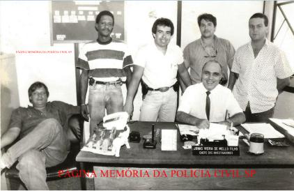 Equipe Laser 27 da 2ª Delegacia Especializada em Roubos, Furtos e Desvio de Carga da DIVECAR, a partir da esquerda: Investigadores de Polícia Renzo, Odair, Feitosa, Magno, Paulo e sentado, o Chefe Jonas Vieira de Mello Filho, na década de 80.