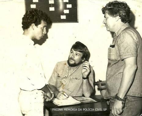 DISCCPAT- DEIC, na década de 80. Sentado Investigador Walter Lang e à direita Antonio Carlos Garrido Garrido, interrogando indiciado, à esquerda.