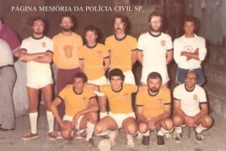 Equipe de Futebol de Salão do DOPS – S.I., início dos anos 80. Reparem que o distintivo era o Cavalo Marinho. Em pé a partir da esquerda, os Investigadores de Polícia Jorge Esper (hoje Delegado), Marcelo, Mandruca, Alfredo, (?), Zezinho; agachados: Dario, Romeu Tuma Jr. (hoje Delegado), Edson Leal (atualmente Delegado) e Laudares.