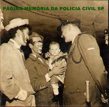 Integrante da extinta Guarda Civil do Estado de São Paulo, em policiamento em clubes interagindo com os foliões, no carnaval de 1.960.