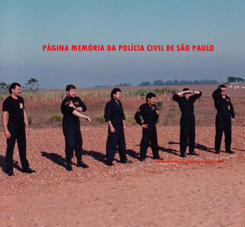 """Treinamento por policiais da DISCCPAT- DEIC, que antecedeu um salto de paraquedas em Boituva SP , meados da década de 90: À partir da esquerda: Investigadores Miltão, Capelli, Valdemar """"Nho"""", """"Cabeção"""", Mané da Xuxa e Matsuo."""