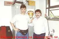 O Campeão Olímpico de volei Renan, com o Investigador Luiz Melchiades Piacentini, para fazer Boletim de Ocorrência de furto que fora vítima, na décad de 80.