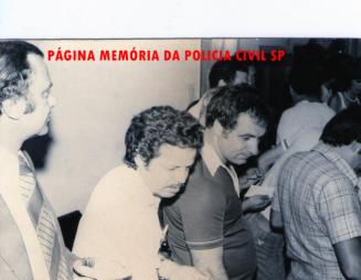 """DISCCPAT- DEIC. À partir da esquerda, o então Chefe dos Investigadores da Divisão Marcos Fleury """"in memoriam"""", Investigadores (?) e Irineu Chivas, no final da década de 70."""