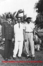 """O Investigador de Polícia Miguel Franco """"in memorian"""", quando iniciou sua carreira na extinta Guarda Civil do Estado de São Paulo e dois colegas, no Museu do Ipiranga, na década de 50. ( Acervo do filho Vagner Monteiro Franco)."""