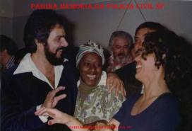 "Investigadores de Polícia da DICSCCPAT- DEIC, os saudosos José de Freitas Mendonça (posteriomente Delegado de Itaquaquecetuba) e Jandira Maranhão ""Janda""; Osmar ""Pouca Roupa"", Luís Cesar Regina ""Batata"" ""in memorian"" e Nerei Buttes. (acervo da Investigadora Maria Damas)."