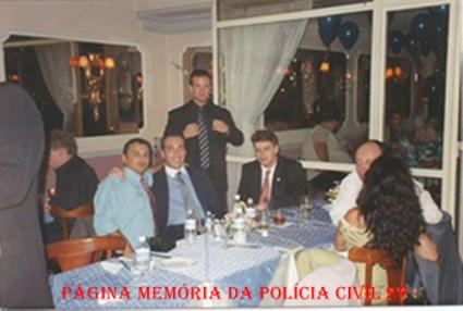 Festa dos policiais do GARRA no Restaurante Scandal's, em 2.001. ( À partir da esquerda, Investigadores Ricardo de Oliveira, Sidnei B. Efrain, Rdrigo Petito (em pé), Humbert Gomes Pinto e Carlos Palmeira.