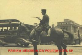 Policial da extinta Guarda Civil do Estado de São Paulo, montado à cavalo, orientando o trânsito, em 1.936.