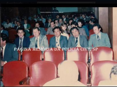 """Equipe da Delegacia de Roubo a Bancos- DISCCPAT- DEIC (kilo), à partir da esquerda, Escrivão Mané """"Japones"""", Delegado Titular Pedro Liberal """"in memoriam"""", Investigadores Oscar Matsuo, Massaro Honda """"in memoriam"""" e Parreirinha, na década de 80. (enviado pelo Investigador Cyrano Filho Andrade) ."""