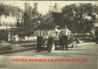 """Viatura marca VW- Sedan- Fusca da Rádio Patrulha, com integrantes da extinta Guarda Civil do Estado de São Paulo, em 1.969. O policial do centro trata-se de Adhemar Augusto de Oliveira """"Fininho 1"""" """"in memoriam"""