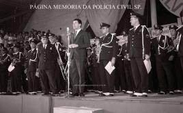 O apresentador Silvio Santos, com a Banda da extinta Guarda Civil do Estado de São Paulo, no Ginásio do Ibirapuera, em 1967. Regência do saudoso Inspetor Chefe de Agrupamento Américo Mincarelli. (acervo do GCM Leandro Grabe)