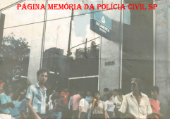 Investigador Luis Buttes (de óculos) da 5ª Delegacia de Roubo a Bancos da DISCCPAT- DEIC, no local do roubo do Banco Sul América, na década de 80.