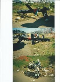 """A data de 14 de Julho de 2.001, um sábado à tarde, entrou para a história da Polícia Civil paulista de modo triste, mas com um episódio que contribui para engrandecer essa instituição e dar exemplo às autoridades e à população. Morreram três valorosos integrantes da Polícia Civil e um quarto policial ficou gravemente ferido na queda do helicóptero """"Pelicano 2"""", ao lado da Rodovia Fernão Dias, Km 87, no Município de Guarulhos. Os Delegados Otávio Marcos Correa Viola Trovilho e José Maurício de Aguiar Cerciari e o investigador José Osório Arruda Campos Rodrigues faleceram em razão do desastre. Ficou gravemente ferido o quarto ocupante do aparelho, o agente de telecomunicações Marco Aurélio de Toledo. Usando o helicóptero """"Pelicano 2"""", os policiais estavam sobrevoando bandidos em fuga, na zona leste, e foram localizados em uma moto quando seguiam para Guarulhos, com os quais trocaram tiros. Um dos policiais foi alvejado pelos criminosos e, em seguida, o piloto, ao fazer manobra arrojada, não pôde evitar que fios de alta tensão enroscassem na cauda do aparelho, provocando a queda em que morreram as três pessoas. Otávio Marcos Correa Viola Trovilho, de 41 anos, Delegado de Polícia de 2ª classe, lotado na Delegacia Geral de Polícia, classificado no Departamento de Investigações sobre Crimes Patrimoniais (Depatri), faleceu na queda do helicóptero. José Maurício de Aguiar Cerciari, de 43 anos, Delegado de Polícia de 2ª classe, padrão IV, lotado na Delegacia Geral de Polícia, outro que morreu no acidente aéreo. José Osório de Arruda Campos Rodrigues, de 32 anos, Investigador de Polícia, no SAT desde 8 de maio de 2000, também morreu na queda do helicóptero. Marco Aurélio de Toledo, de 28 anos, Agente de Telecomunicações, policial de 4ª classe, padrão II, lotado na Delegacia Geral de Polícia, classificado no Depatri, ficou gravemente ferido. (acervo do Investigador Ricardo Mendes)."""
