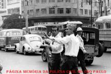 À direita um policial da extinta Guarda Civil do Estado de São Paulo e ao centro, o Diretor do Departamento Estadual de Trânsito Francisco Américo Fontenelle, o mais polêmico diretor de trânsito que São Paulo já teve ficou apenas 57 dias no cargo, em 1967. Entre suas medidas estava a ordem para que os funcionários do Departamento Estadual de Trânsito (DET) murchassem os pneus de quem estacionasse em local proibido. Em julho daquele ano, já afastado, foi a um programa de TV defender suas ideias. Durante o debate, excedeu-se e foi vítima de um enfarte. Morreu diante das câmeras. Tinha 46 anos.