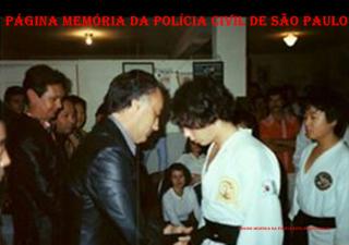 Na década de 70, o Delegado Polícia Cláudio Gobetti entregando a faixa preta de Taekwondo ao adolescente Marcelão Monteiro, hoje Investigador de Polícia.