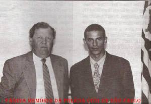 "Delegado de Polícia Titular da Delegacia de Roubo a Bancos da DISCCPAT- DEIC- ""Kilo"", no final da década de 80 e início da década de 90, Pedro Liberal ""in memorian"" e o Retratista Sidney Teixeira Barbosa. (acervo do Investigador/Escrivão Mandruca Filho)."