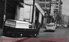"""Viatura """"Camburão"""" GM C10 da Rádio Patrulha e à frente uma viatura descaracterizada Veraneio do DEIC, década de 70. (Acervo de Douglas Nascimento, Jornalista, fotógrafo e pesquisador independente, editor do o site São Paulo Antiga)."""