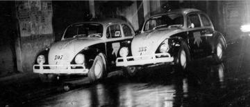 """Duas viaturas de marca VW- Sedan """"Fusca"""" da Rádio Patrulha, durante diligência na """"Boca do Lixo"""", na década de 70. (Acervo de Douglas Nascimento, Jornalista, fotógrafo e pesquisador independente, editor do o site São Paulo Antiga)."""