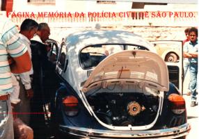 Primeira viatura da Polícia Civil do Município de Jarinú, um VW- Sedan fusca 0 Km, recebendo a benção de Padre Jacó, na década de 80. (acervo do escrivão aposentado Zé Carlos).