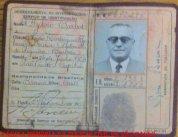 """RG do Dr. Sylvio Barbosa """"in memorian"""", que iniciou sua carreira jurídica como Delegado de Polícia e chegou a Desembargador do Tribunal de Justiça, expedido pelo DI- Departamento de Investigações, em 27 de novembro de 1.952. Primeiro foi Delegado de Polícia. Foram sete anos, passou pouco de 2.500 dias a presença do Juiz de Direito Sylvio Barbosa na Comarca de Mogi das Cruzes. Chegou em 24 de janeiro de 1945, para suceder ao juiz José Correia de Meira, que ficou aqui por 14 anos. Despediu-se dia 18 de dezembro de 1951, transmitindo o cargo para o dr. Luís Corrêa Fragoso. Mas que sete anos foram esses de 1945 a 1951! Mogi das Cruzes tinha 60 mil habitantes e era um ponto importante no percurso entre a capital de São Paulo e o Rio de Janeiro, capital da República. Sem a via Dutra, todos os automóveis, caminhões e ônibus que cobriam o trajeto passavam por aqui. Também os trens – de carga e de passageiros, neste caso o in era o Vera Cruz e seus vagões Budd em aço, ar condicionado, vagões pulmann e restaurante, com viagens diurnas e noturnas (em cabines-leito impecavelmente limpas) e o out – nem por isso menos prestigiado – o expressinho. Sylvio Barbosa não chegou a fixar residência em Mogi: hospedava-se no Hotel Jardim da Praça Oswaldo Cruz e caminhava diariamente até seu gabinete no Fórum da Comarca, instalado no prédio histórico da Rua Coronel Souza Franco, que hoje abriga o QG da Política Militar. Ficava o Fórum no andar de cima, a cadeia pública no andar de baixo. Juiz de Direito em tempos de redemocratização com a queda do Estado Novo de Getúlio Vargas, coube a ele a missão de dar início, no dia 2 de julho de 1945 ao alistamento dos eleitores da Comarca. Com a derrubada do regime vigente em 29 de outubro de 1945, Sylvio Barbosa – em decorrência da legislação da época – assumiu interinamente a Prefeitura de Mogi das Cruzes em substituição a Francisco Rodrigues Filho, que se afastara para dedicar-se à campanha política dos candidatos do PSD à Presidência da República,"""