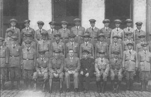 Um oficial da Guarda Civil de SP (sentado, de uniforme escuro) visitando uma corporação não identificada, provavelmente na década de 1930.