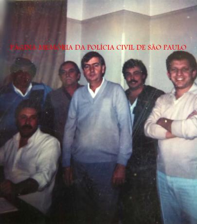"""3ª Delegacia de Furto de Fios da DISCCPAT- DEIC, """"Kilo"""", na década de 80. à partir da esquerda, em pé, os saudosos Investigadores Silvio Vander, Waldemar consorte e Nilson; Investigadores Paletó, (?) e sentado, Padula."""